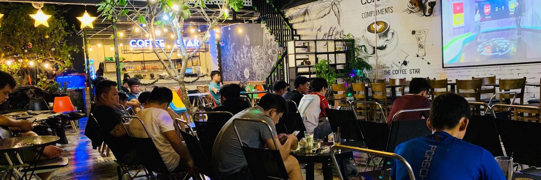 Quán cafe nhỏ đông khách có máy pha cafe
